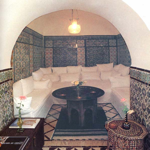 Almaviva Islamic tiles - Ref. OR10 - Divan. Hand painted wall tiles all around the room