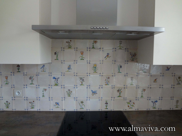 Almaviva Delft tile - Ref. DC01 - Kitchen decorated with Delft tiles decor ''flowers'', alternating with white tiles, corner ''bee''