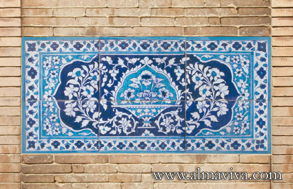 Almaviva Islamic tiles - Ref. OR8 - Floral panel in Multan style (see keywords) (18th c., nowadays in Pakistan)